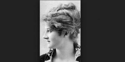 """Mary Anderson. En 1903, mientras viajaba en tranvía, observó como el conductor debía bajar constantemente a limpiar la nieve y el hielo que caía en los cristales. Mary había pensado varias soluciones sin dar con ninguna que le pareciera satisfactoria. Pero finalmente tuvo una idea que apuntó en su libreta de bocetos. Se le ocurrió un brazo giratorio con una lámina de caucho que el conductor podía accionar a través de una palanca. El limpiaparabrisas """"windsheld"""" se convirtió en el equipo estándar de todos los coches de 1916. Foto:Wikicommons"""