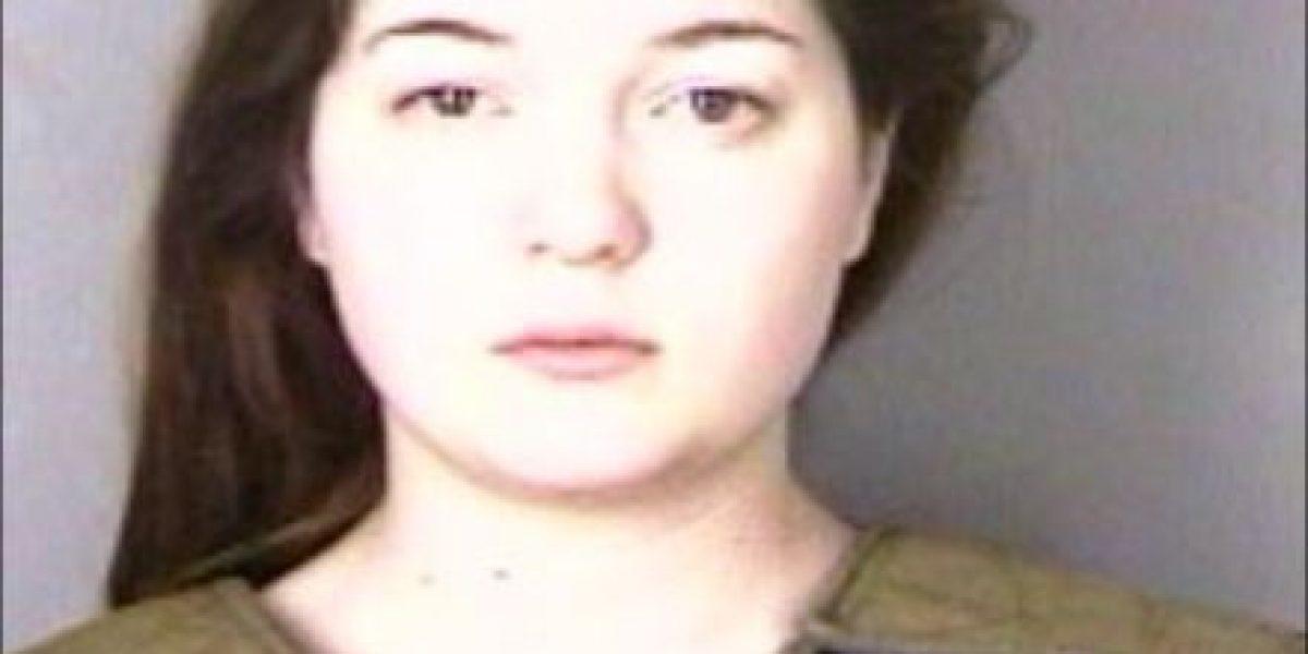 Chica golpea con un bat a su novio de Internet cuando lo conoce en persona