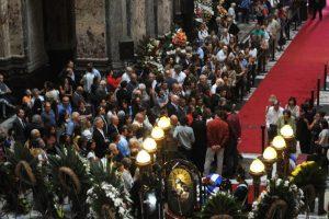 Cientos de personas se dieron cita en el Palacio Legislativo Foto:AFP