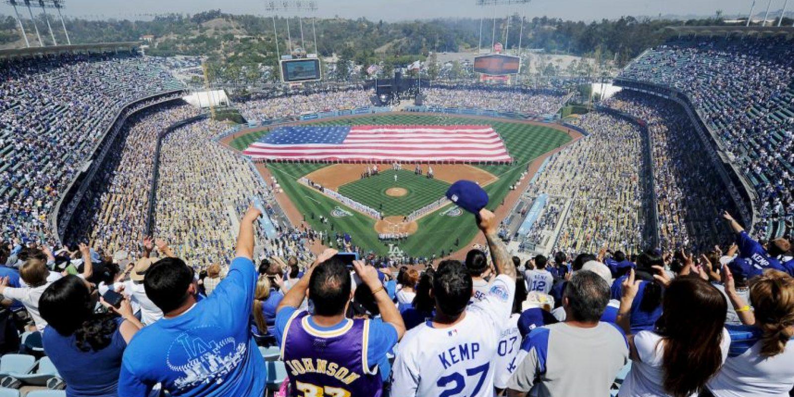 10 de abril. Se festeja por primera vez un partido de las Ligas Mayores de Beisbol en el estadio de los Dogders. Foto:Getty Images