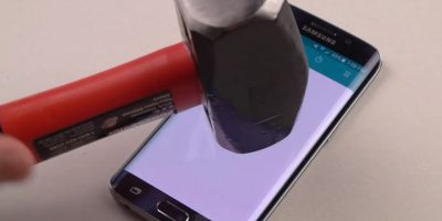 Samsung Galaxy S6 Edge contra un martillo. Foto:TechRax