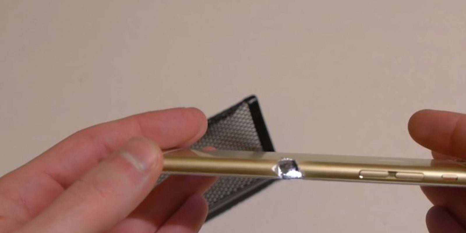 Así queda el iPhone 6 tras el corte con una sierra eléctrica. Foto:TechRax