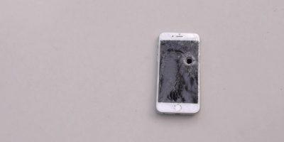 Así queda el iPhone 6 después de un impacto de bala. Foto:TechRax