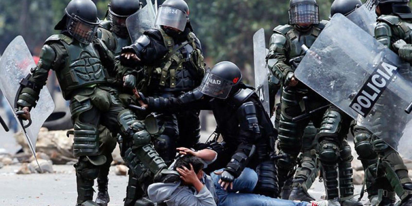 Una cuadrilla del Esmad pateando a un manifestante durante las marchas del paro campesino.