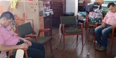Dos concejales de Villa de Leyva, durmiendo en sus oficinas después de tomarse unos traguitos.