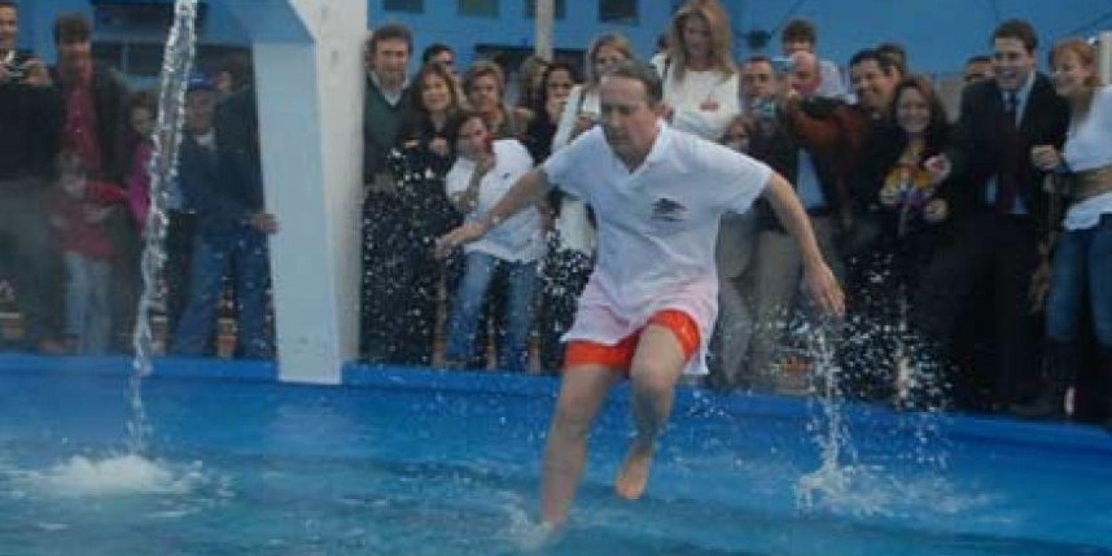 El expresidente Uribe, en la piscina y con camiseta.