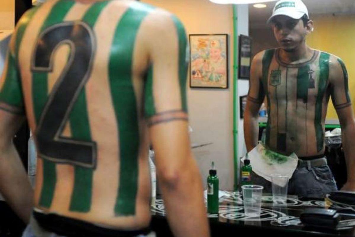 EL joven que se tatuó la camiseta de Nacional en el cuerpo.