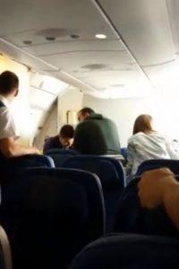 Este video presentado por la ONG Stop Deportación mostró lo que hizo la policía española contra un dominicano, al que inmovilizaron y golpearon en pleno vuelo. Este iba en un vuelo, deportado, hacia su país.