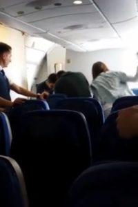 """El video fue grabado en la cuenta de Facebook de uno de los pasajeros. El dominicano solo puede gritar """"abusadores"""""""
