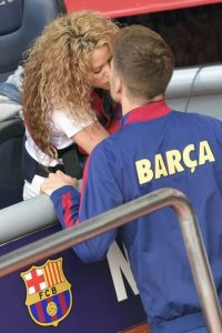Shakira y Piqué no perdieron la oportunidad de demostrar su amor en público Foto:AFP