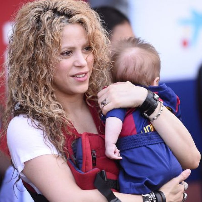 La orgullosa madre luce cargando a su segundo hijo. Foto:AP