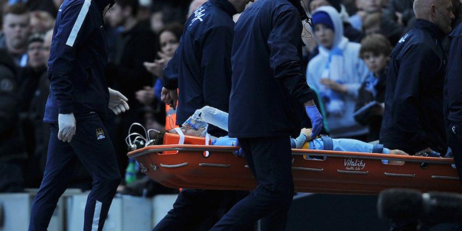 Cheikh Kouyaté intentaba ganarle el balón al futbolista español. Foto:AFP