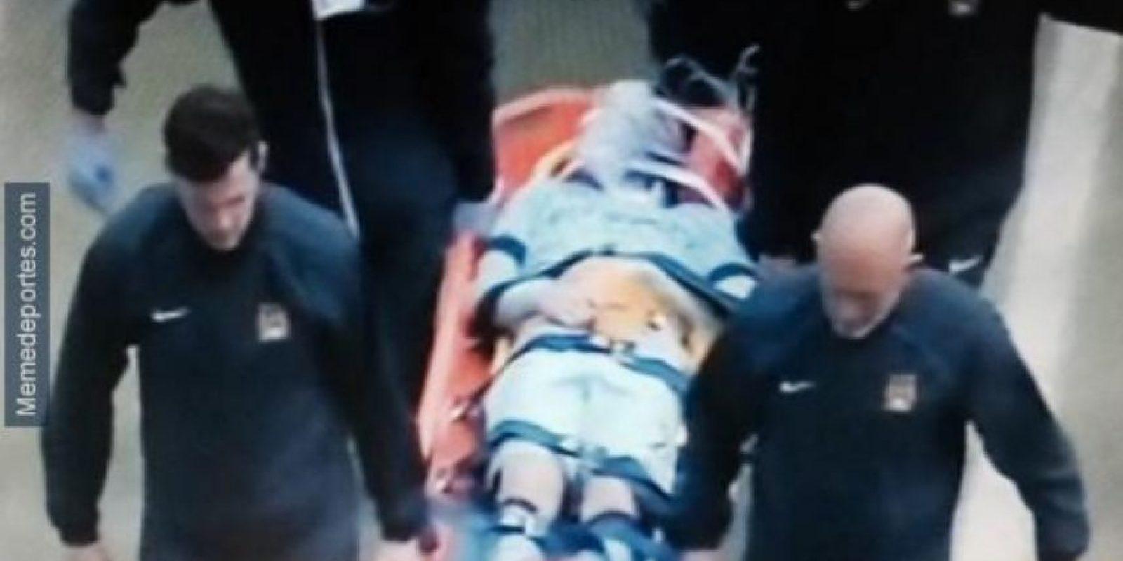 Silva fue sacadoe n camilla. Foto:Twitter