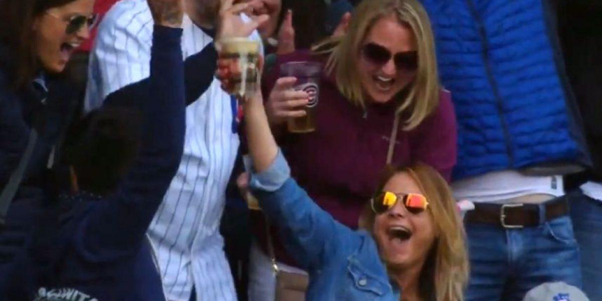 Aficionada atrapa pelota de béisbol …¡con su vaso de cerveza!