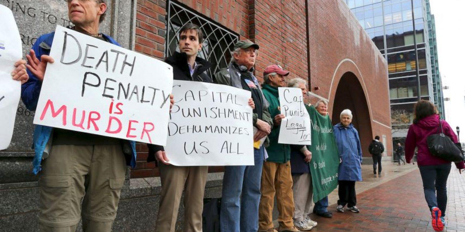 10. Diversas personas se manifestaron en contra de la pena de muerte a las afueras del tribunal. Foto:AP
