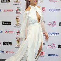 Angelique Boyer trata de imitar a las actrices de Hollywood, pero le sale mal. Foto:vía Getty Images