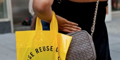 """""""Yo no creo que los dos se anulen necesariamente el uno al otro – una bolsa reutilizable podría reemplazar dos bolsas de plástico, por ejemplo"""". Foto:Getty Images"""