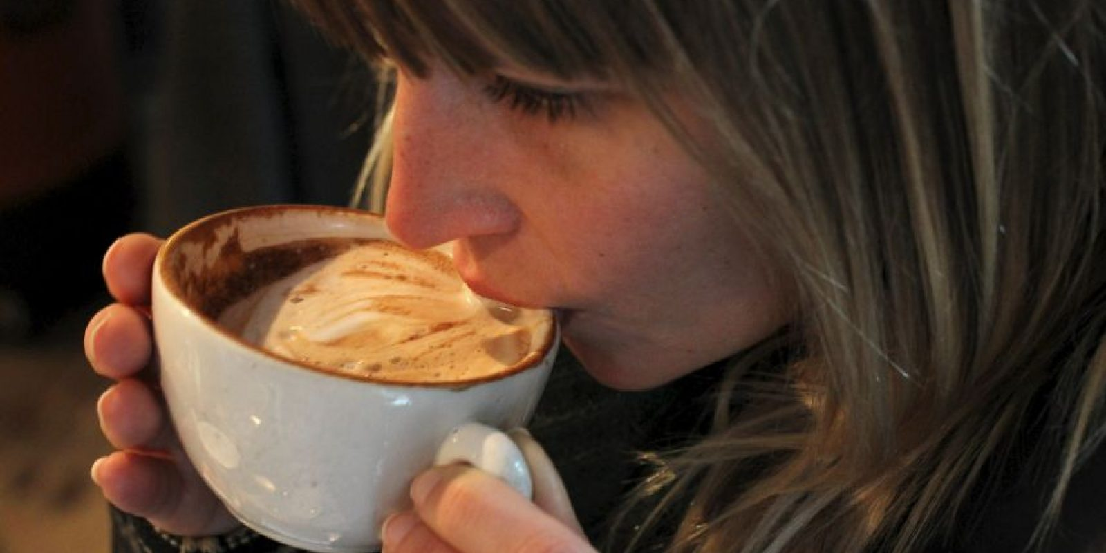 La cafeína es un estimulante, y beberlo envía un mensaje a las glándulas suprarrenales para producir las hormonas del estrés adrenalina y cortisol. Foto:Getty Images