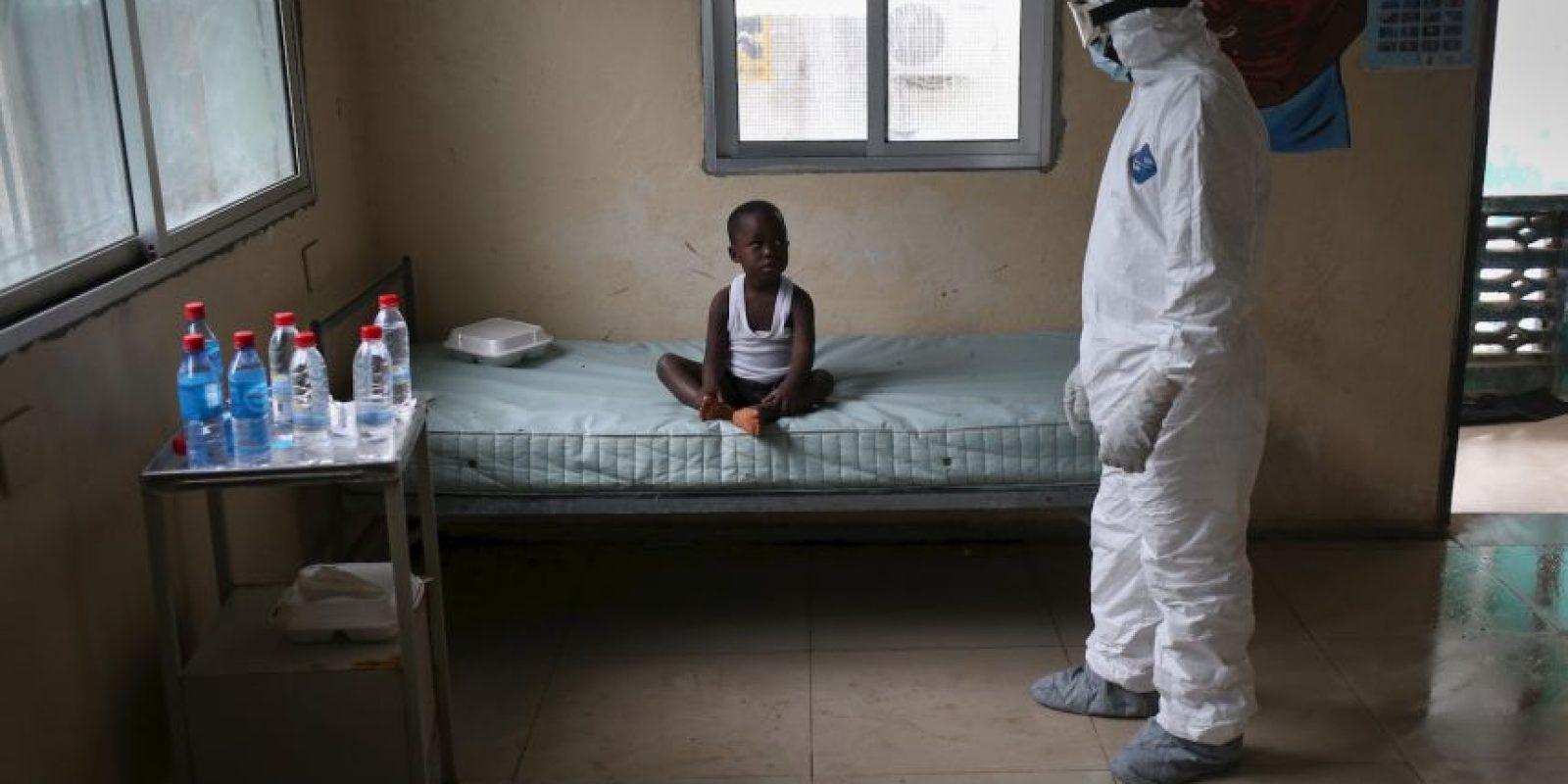 El virus es transmitido al ser humano por animales salvajes y se propaga en las poblaciones humanas por transmisión de persona a persona. Foto:Getty Images
