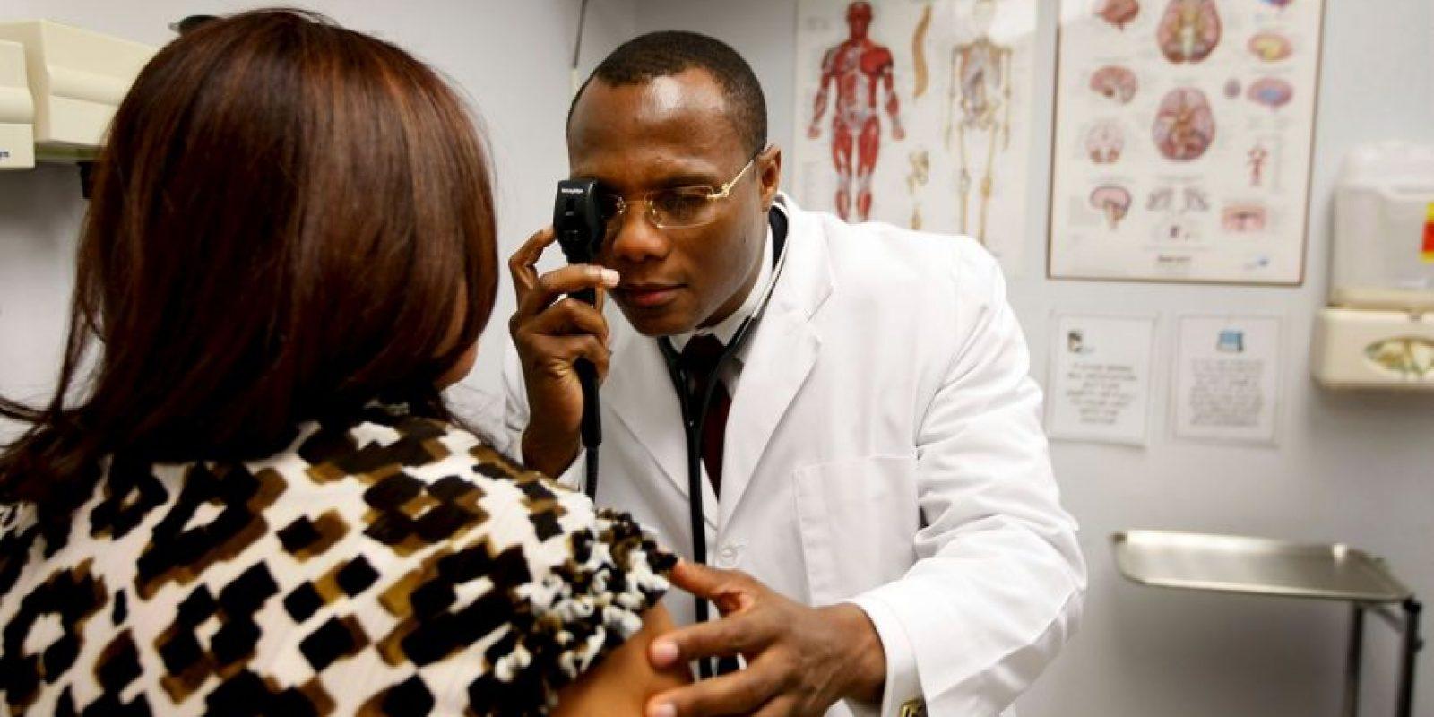 Tanto médicos como empresarios parecen ser adictos al trabajo. El no descansar y sólo pensar en los pendientes del trabajo los hará sentirse desgastados física y mentalmente. Foto:Getty Images