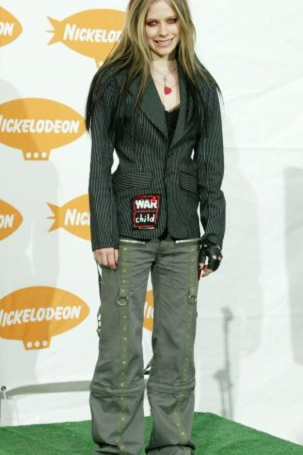 """Avril Lavigne fue la máxima inspiración de toda """"darks wannabe"""" de la época. Pantalones cargo y delineador rojo para el alma. Foto:vía Getty Images"""