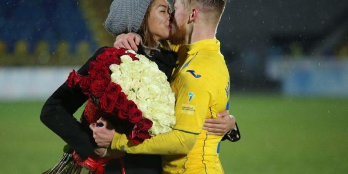 Futbolista le propone matrimonio a su novia en plena cancha