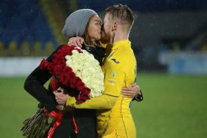 Una romántica escena tuvo lugar en un estadio de fútbol en Rusia. Foto:fc-rostov.ru