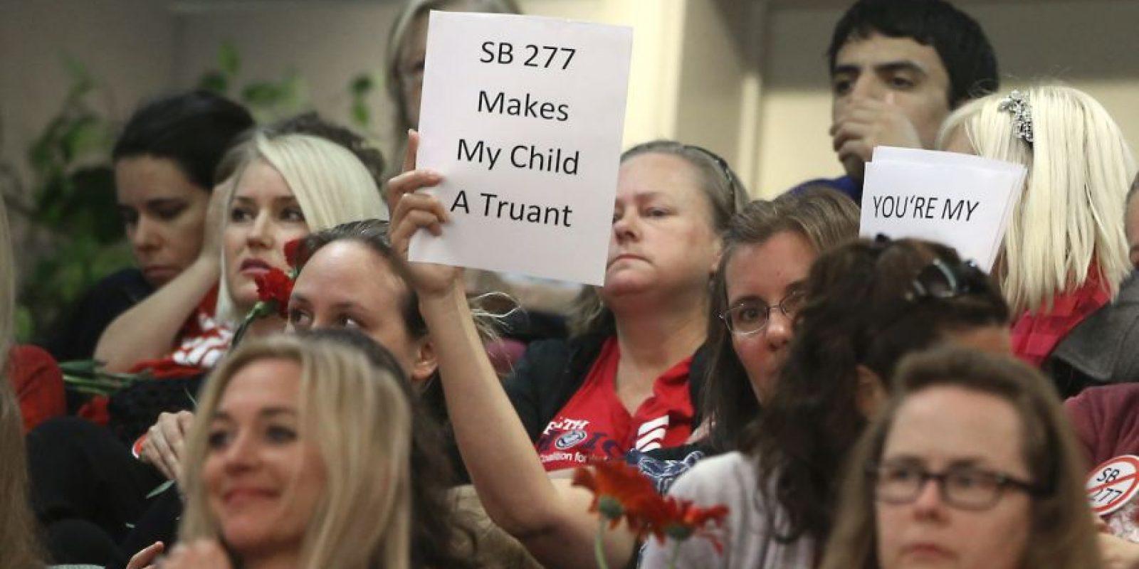 Madres se oponen a las vacunas mediante carteles. Foto:AP