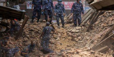La aparición de la lluvia no sólo dificulta la situación de la población sino que prácticamente paraliza la llegada de ayuda al aeropuerto de Katmandú. Foto:Getty Images