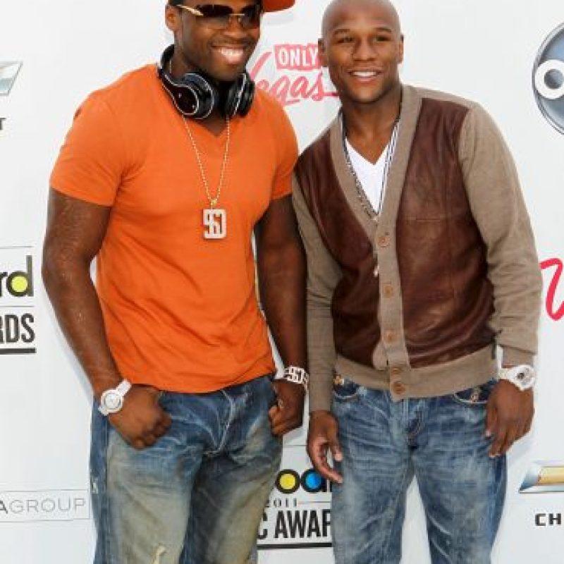 """Aunque se habían peleado, ahora 50 Cent y """"Money"""" son amigos de nuevo. Por ello, el cantante estadounidense, confesó que tiene planeado apostar un millón 600 mil dólares a favor de su amigo, como prueba de la confianza que le tiene de cara a la """"Pelea del Siglo"""". Foto:Getty Images"""