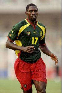 Durante la Copa FIFA Confederaciones de 2003, Marc Vivien Foe se desplomó al minuto 72′ en el duelo entre su selección, Camerún y Colombia. Tras el desmayo, fue atendido por los paramédicos que intentaron reanimarlo antes de ser ingresado al hospital donde perdió la vida a causa de un ataque al corazón. Foto:Getty Images