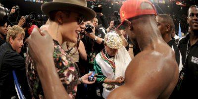 """El ídolo juvenil no necesita pronunciarse por """"Money"""" pues la amistad que los une a ambos es de dominio público. Bieber es considerado el """"talismán"""" de Mayweather ya que ha estado acompañándolo en sus últimos combates, ya sea en las conferencias de prensa, ceremonias de pesaje, o en su entrada al ring. Foto:Getty Images"""