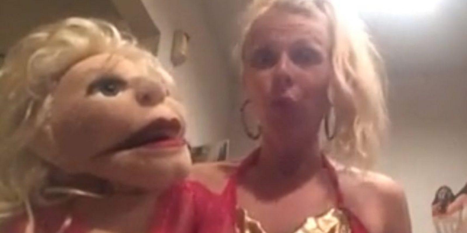 El lunes pasado, la estadounidense April Brucker de 30 años decidió dejar a su novio debido a que perfería darle todo su amor, atención y cuidados a sus 16 marionetas. Foto:Vía Facebook.com/AprilBrucker