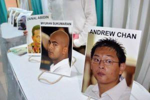 Además se les amarraron cruces al cuerpo Foto:AFP