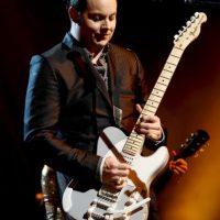 """50. Puede construir una guitarra con un trozo de madera, una botella de vidrio y un alambre. Así lo demostró en el documental """"It Might Get Loud"""", donde comparte crédito con el guitarrista de Led Zeppelin, Jimmy Page, y su homólogo de U2, The Edge. Foto:Getty Images"""