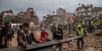 """El periódico español """"El País"""" reseñó que los ciudadanos se quejaban de que el Gobierno nepalí no los ha ayudado. Se indicó que los primeros días el ejército de Nepal entregaba agua irregularmente. Foto:Getty Images"""