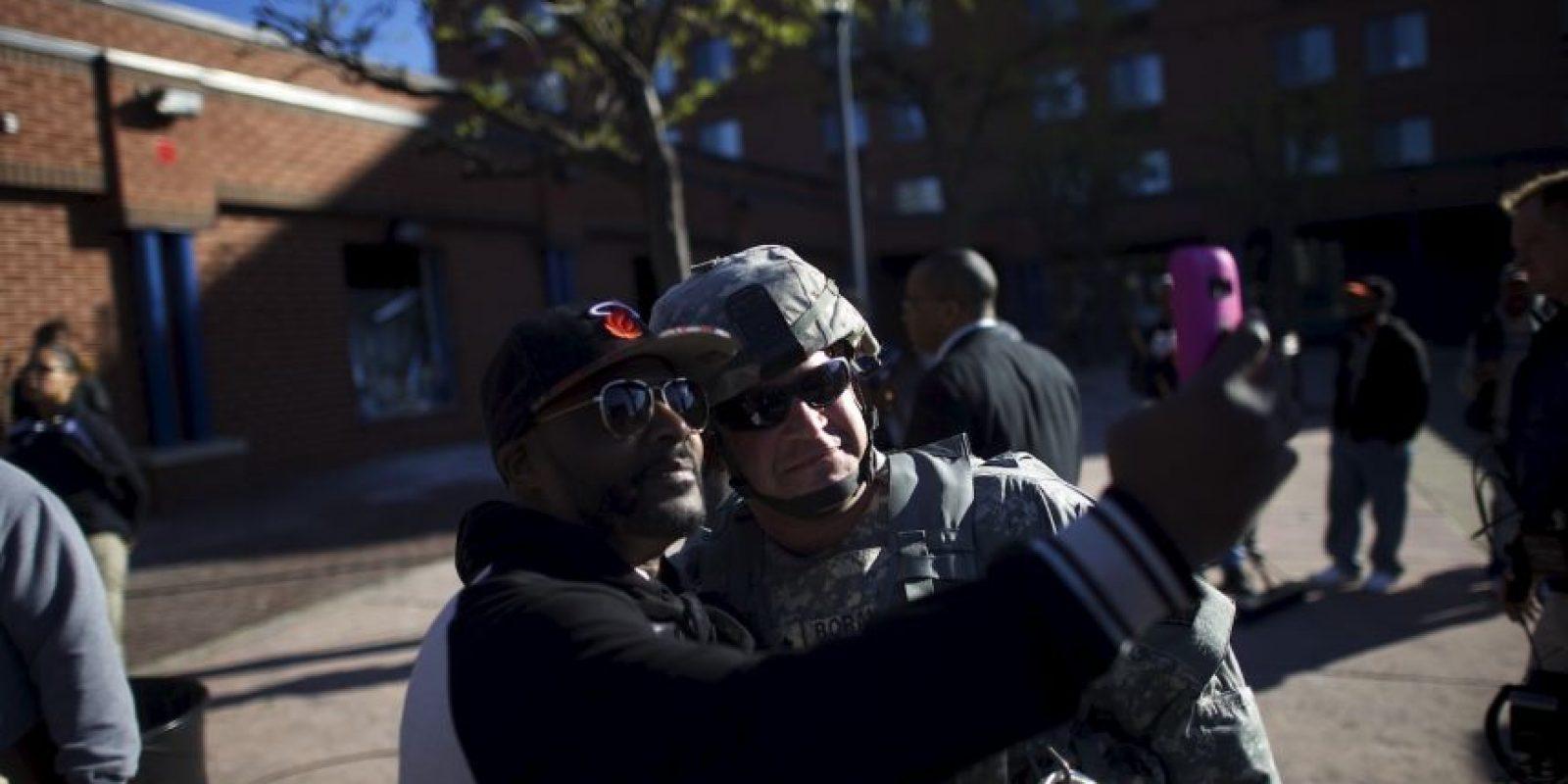 Como muestra de la buena voluntad entre los habitantes de Baltimore y la policía, algunos ciudadanos decidieron capturar el momento con un selfie Foto:Getty Images
