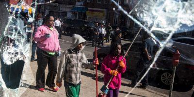 Hombres mujeres y niños salieron a las calles a ordenar los destrozos del día anterior Foto:Getty Images