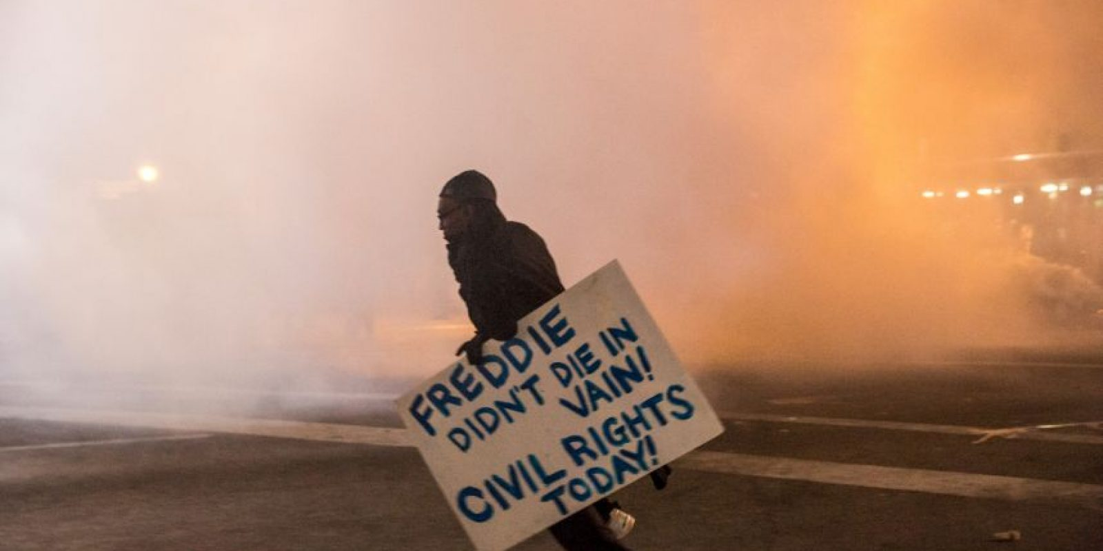 Como no seguían las ordenes la policía lanzó gas pimienta a la multitud. Foto:Getty Images