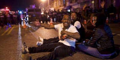 A ese acto ciudadanos lanzaban objetos a los oficiales Foto:Getty Images