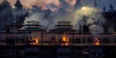 """6. Los nepalíes han realizado cremaciones masivas para disponer de los cuerpos de sus familiares. Sin embargo, se agota la madera que utilizan para hacer las tradicionales pilas y el número de fallecidos sigue aumentando. Según el medio británico """"BBC"""", por tradición los nepalíes no entierran a sus muertos, ya que creen en la reencarnación. Foto:Getty Images"""