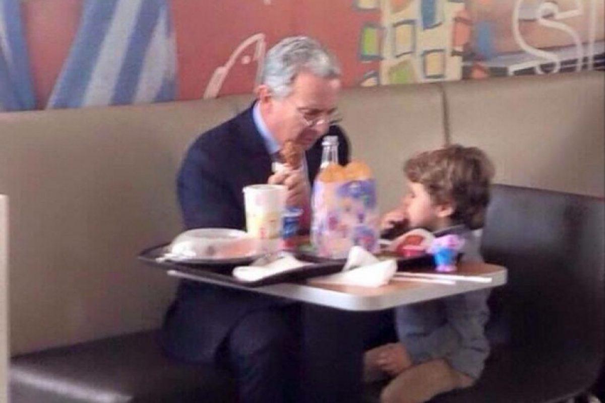 Álvaro Uribe almorzando una 'cajita feliz' con su nieto Jerónimo. Foto:Instagram @edwarddavidrodriguez