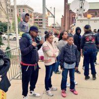 Familias enteras también manifiestan su indignación Foto:Twitter.com/deray