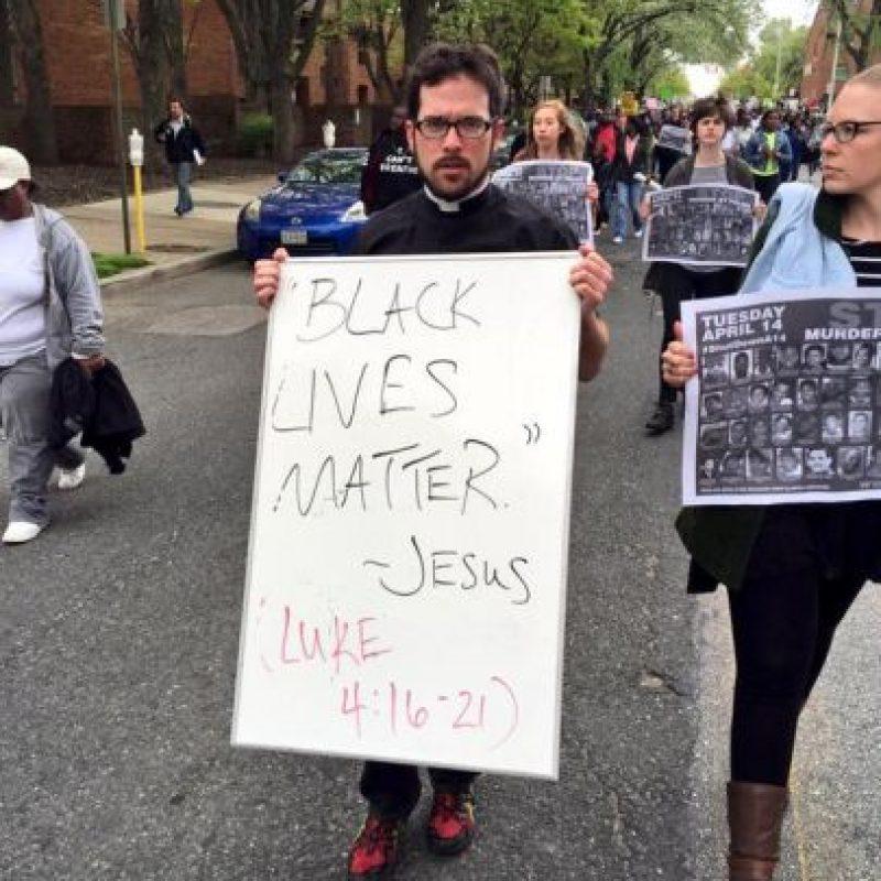 """Un sacerdote acude a la manifestación con un letrero con la frase """"Las vidas negras importan"""", frase emblema de las protestas contra abusos policiales y la cual él le atribuye a Jesucristo. Foto:Twitter.com/deray"""