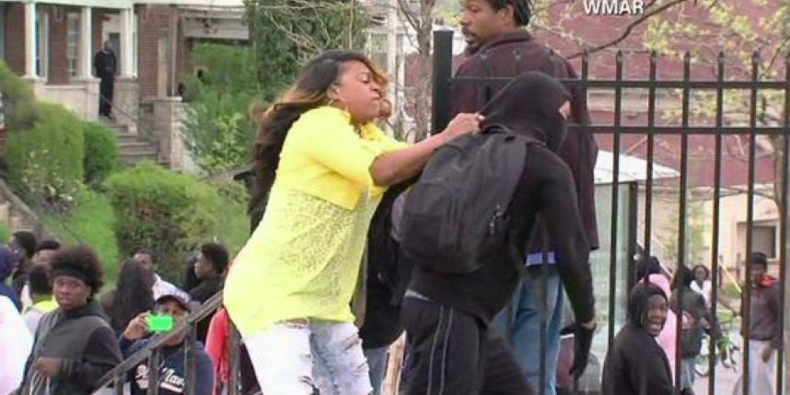 La imagen de una señora evitando que su hijo hiciera destrozos también se volvió viral en este día Foto:Twitter.com/JakeBurnsCBS6
