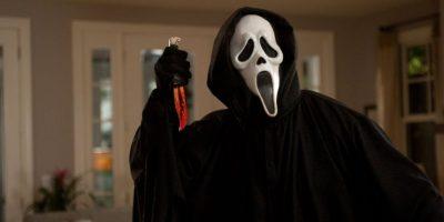 """¿Se acuerdan de """"Scream""""? Su primera parte se lanzó en 1996. Se trataba de un asesino serial llamado """"Ghostface"""" que hacía preguntas sobre películas de terror. Si sus víctimas no respondían bien, las destripaba brutalmente. Foto:vía Woods Entertainment"""