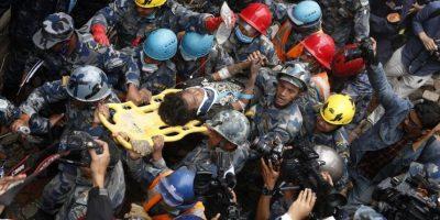 El primer rescatado responde al nombre de Pemba Tamang, un joven de 15 años quien se encontraba en un edificio de siete pisos Foto:AFP