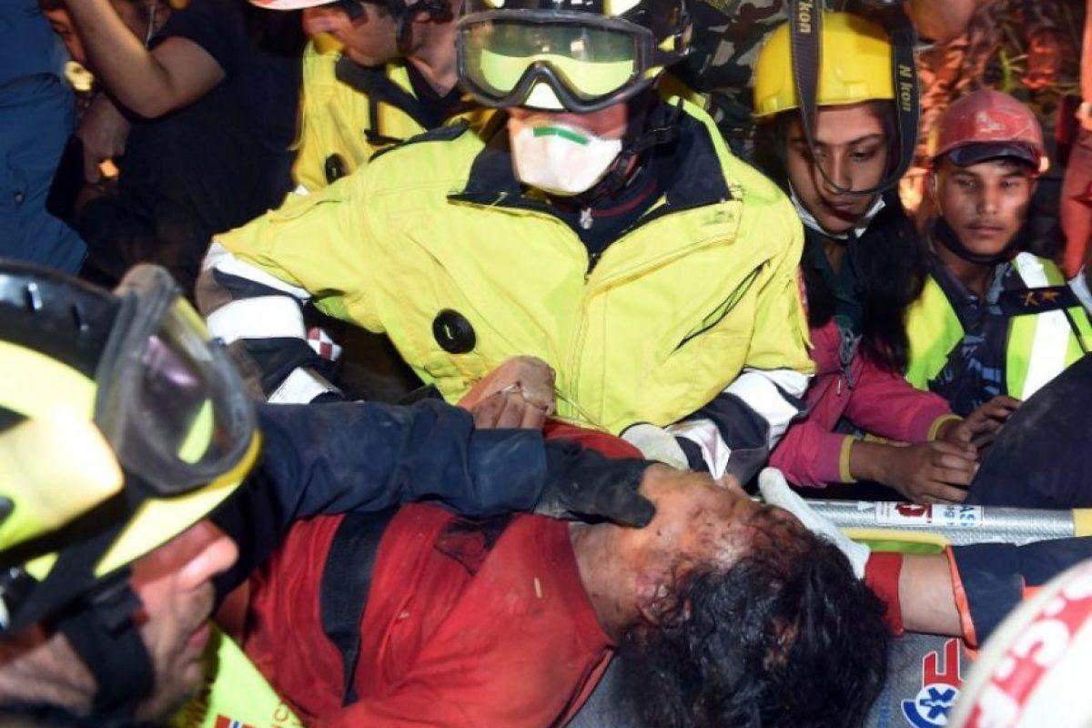 A cinco días del devastador terremoto que cobró la vida de más de cinco mil personas, un joven de 15 años y una mujer fueron encontrados con vida el día de hoy. Foto:AFP