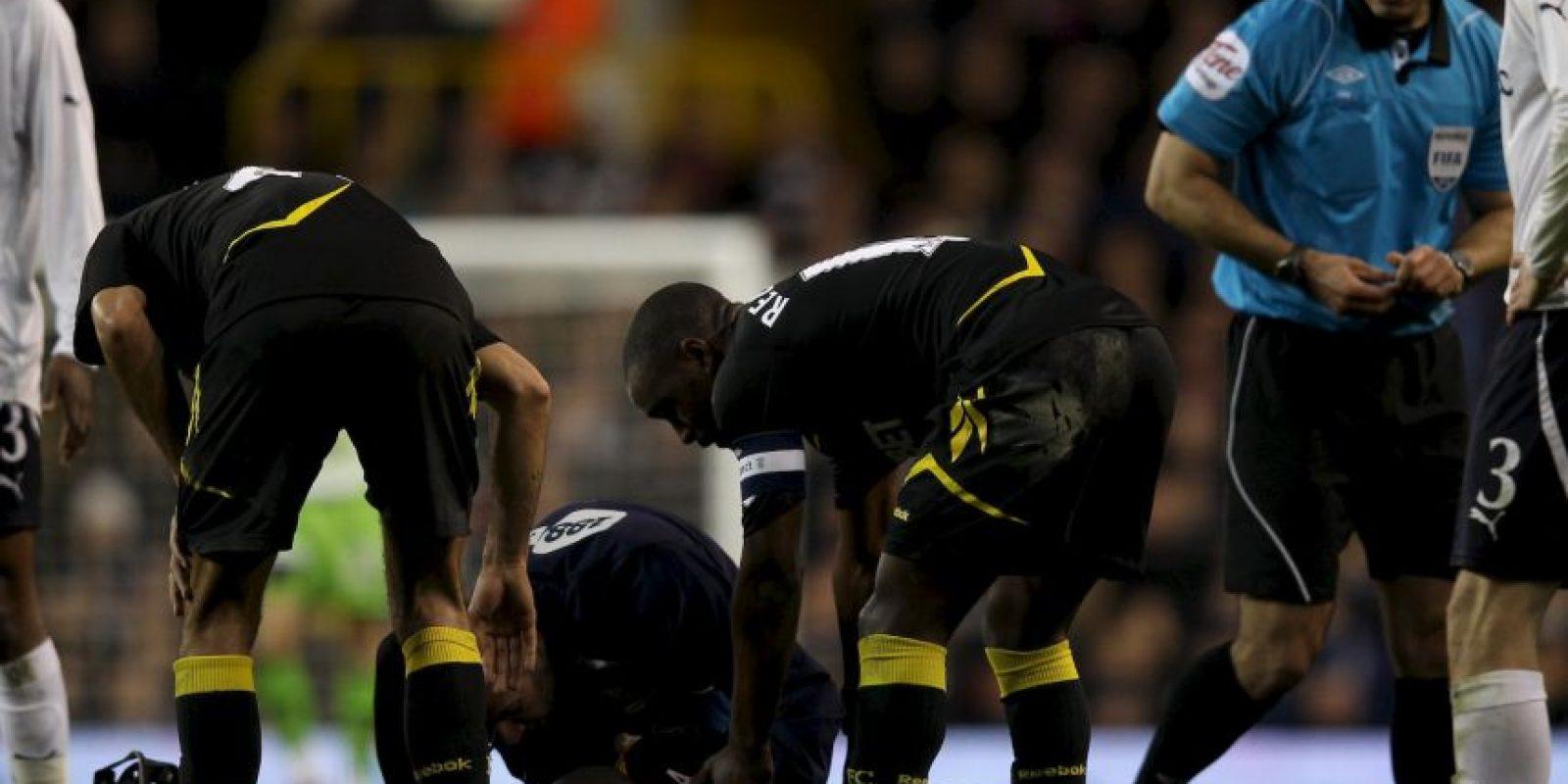 Fabrice Muamba también sufrió un ataque en pleno partido… pero él vivió para contarlo. En marzo de 2012 al futbolista congolés le dio un paro cardiaco mientras disputaba con el Bolton, un duelo de la FA Cup ante el Tottenham. Foto:Getty Images