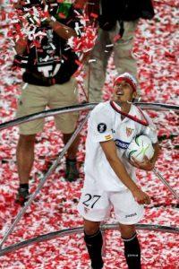 Durante este duelo, el futbolista Antonio Puerta, de 22 años, sufrió varios paros respiratorios antes de que se desmayara, luego tuvo una crisis en el vestidor del equipo y fue llevado de emergencia al hospital donde llegó sin respiración. Foto:Getty Images